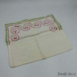 Ancien étui à serviette couleur blanc broderie rouge et verte