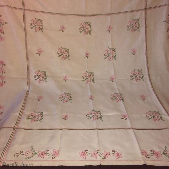 Ancienne nappe brodée à la main décor floral