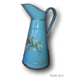 Ancien broc à eau émaillé bleu décor floral en relief | Art populaire