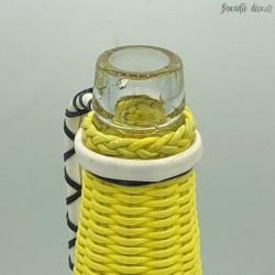 Bouteille vintage en scoubidou jaune et noire