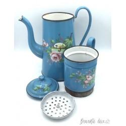 Grande cafetière émaillée bleue à décor de bateau et de roses