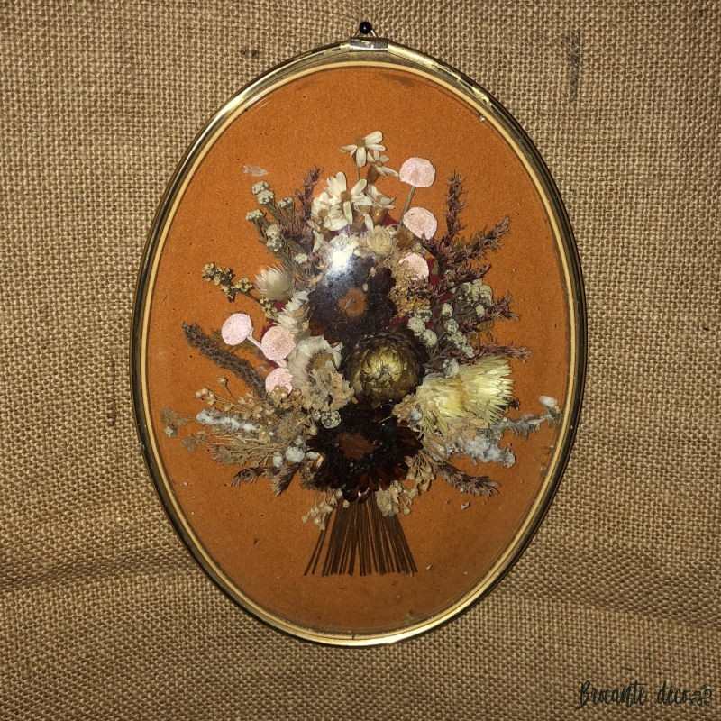 Old oval medallion frame with dried flowers | Curved glass | Kitsch style