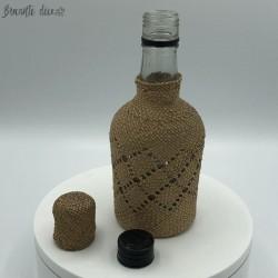 Petite bouteille vintage recouverte de raphia