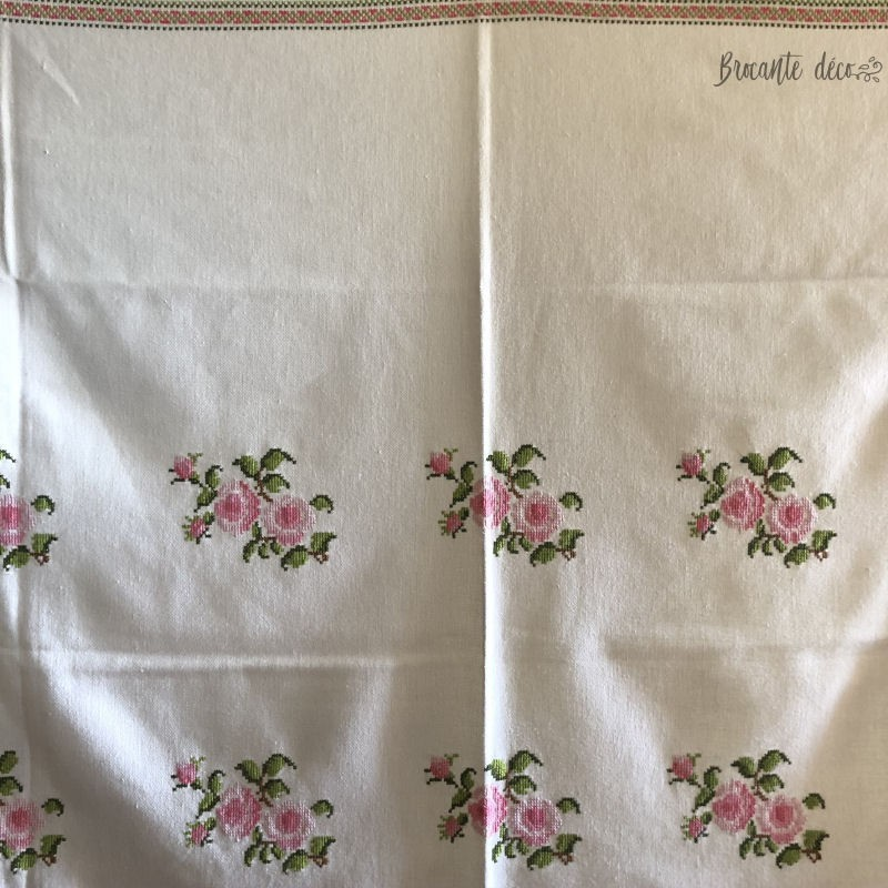 Old hand-embroidered tablecloth | Pattern of roses