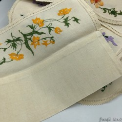 Lot of 6 placemats and 5 antique embroidered napkin cases | Old table linen