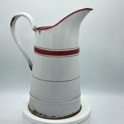 Ancien broc en tôle émaillée | Blanc et rouge | Art populaire