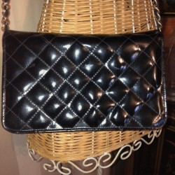 Vintage handbag in black patent quilted leather | Chain shoulder strap