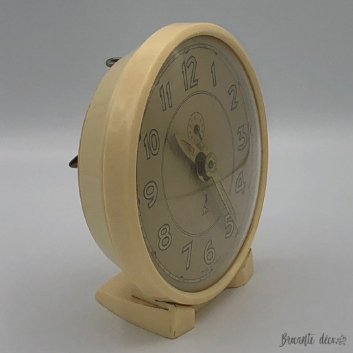 Old alarm clock Jaz year 50 in Bakelite color cream