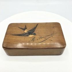 Ancienne boîte tabatière en bois décor hirondelle