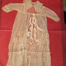 Ancienne robe en tulle brodée de baptêmes pour bébé ou poupée