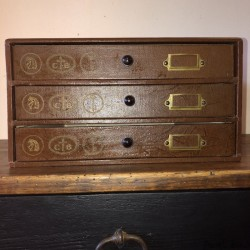 Ancien petit meuble de mercerie | 3 Tiroirs | Thiriez & Cartier-Bresson