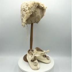 Ancien bonnet de bébé en dentelle et broderie + ancienne paire de chaussures de bébé